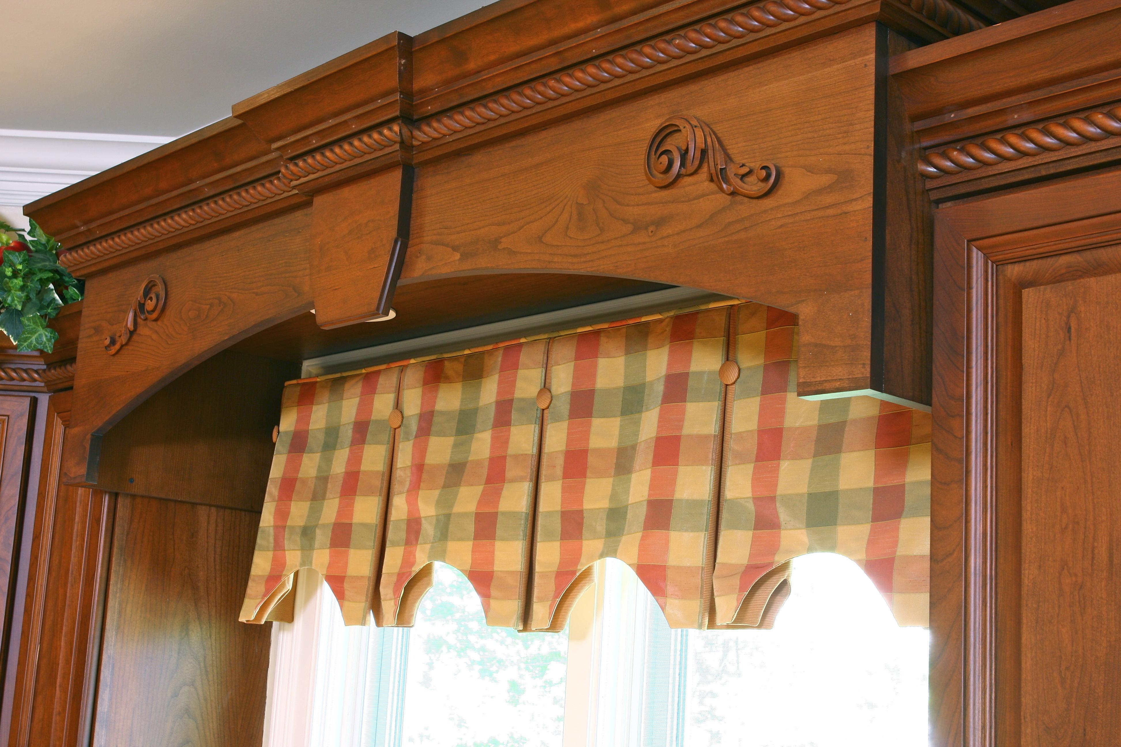 Drapery design naperville for Kitchen cornice ideas